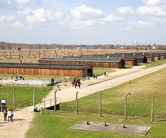 Barracones_en_Auschwitz_II-Birkenau