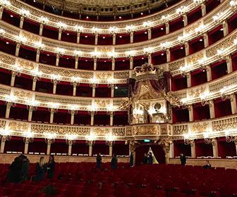 Teatro-di-san-carlo-en-Napoles